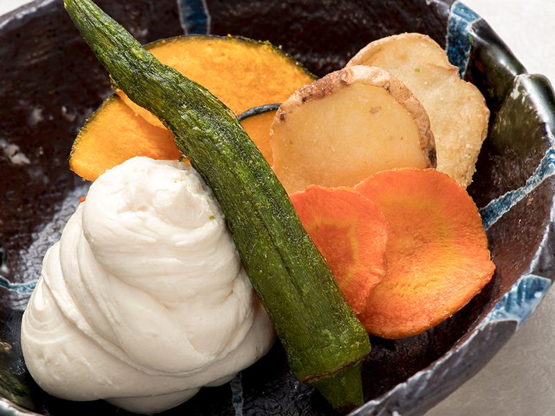 糸島野菜の美味しいチップスと 自家製チーズ豆腐